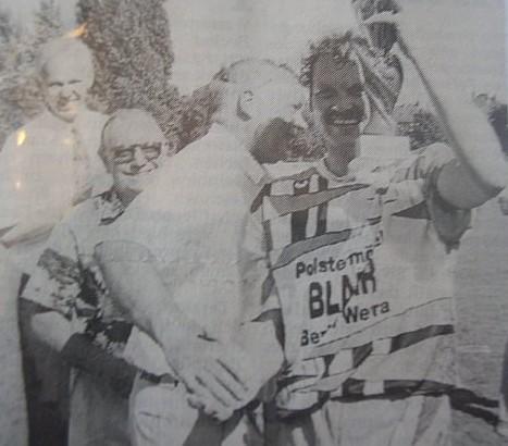 Pokalübergabe 1994 an den Kapitän und Torjäger Ingolf Dittmann